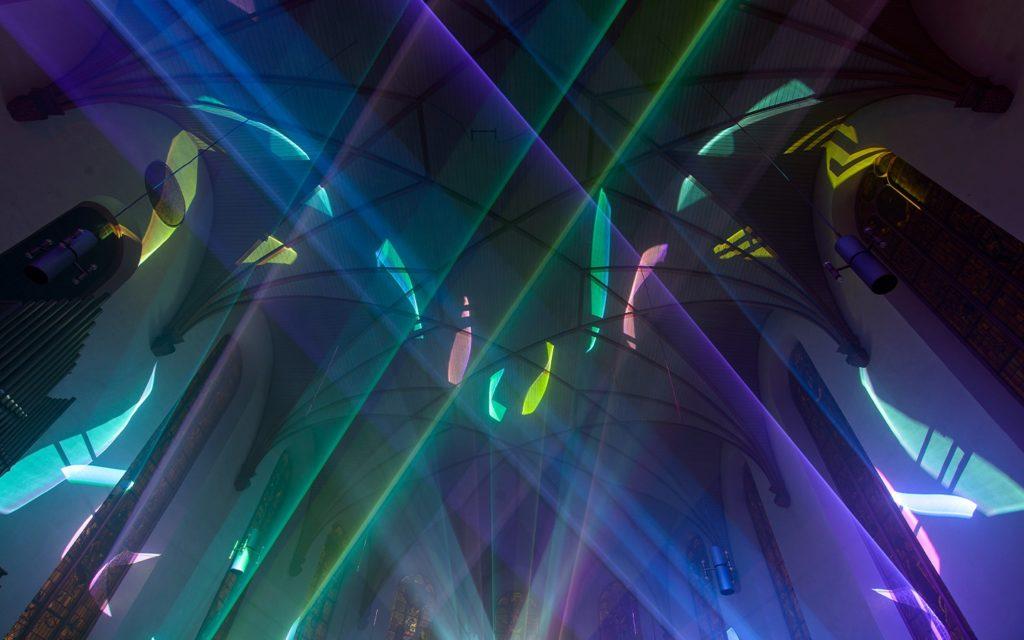 Lasershow im Kirchenschiff